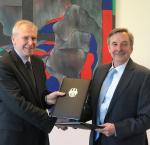 Hans-Jürgen Heimsoeth, German Ambassador to Sweden and Yves Leterme, Secretary-General of International IDEA, signed an agreement to work together on Yemen.